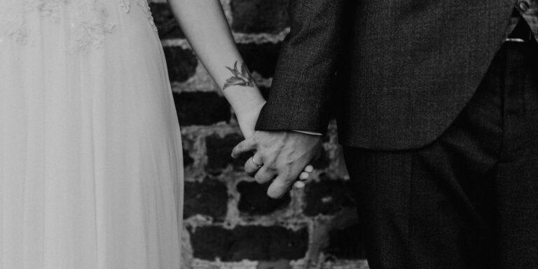 tätowierte Braut händchenhaltend mit Bräutigam Vintage Hochzeit auf Burg Neustadt-Glewe